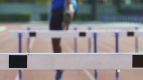 Ras van de mensen het lopende hindernis, voelend sterkte en voortreffelijkheid in professionele sport stock video