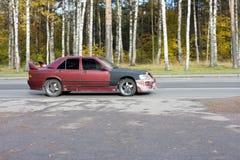 Ras van de straat verpletterde geslagen auto stock afbeelding
