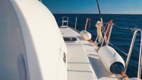 Ras van het luxe het Varende jacht door diep blauwe Egeïsche overzees stock video