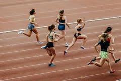 Ras vrouwelijke sprinters in 100 meters het lopen Stock Foto