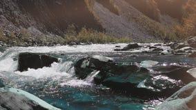 Rasa bergfloden Wildness av rengöringen, frikändvatten i bergfloden begrepp av orgasmen stock video