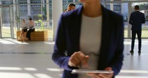 Rasa biznesmena telefonowanie w lobby przy biurem 4k zdjęcie wideo