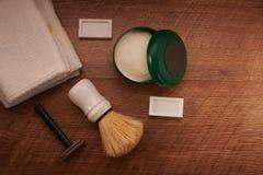 Rasage des outils sur une surface en bois image stock