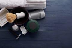 Rasage des produits pour les hommes dans le raseur-coiffeur professionnel Photos stock