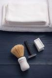 Rasage du rasoir et de la brosse photographie stock libre de droits