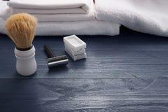 Rasage du rasoir et de la brosse sur la table en bois images stock