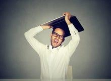 Rasande affärsman omkring som slår kastet hans bärbar datordator arkivfoton