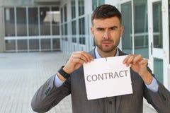 Rasande affärsman som bryter ett avtal arkivfoto