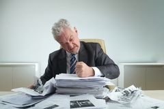 Rasande entreprenör Crumpling Documents royaltyfri bild