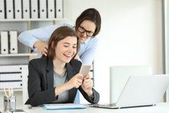 Rasande kontorsarbetare som är ilsken med hennes lata kollega fotografering för bildbyråer