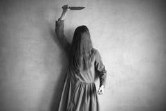 Rasande kvinna med en kniv Royaltyfri Bild