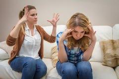 Rasande moder som argumenterar med hennes tonårs- dotter Arkivbilder