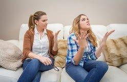 Rasande moder som argumenterar med hennes tonårs- dotter Arkivbild