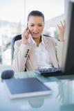 Rasande sofistikerad affärskvinna på telefonen royaltyfri bild