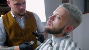 Rasatura della barba Capelli del fronte del ` s degli uomini di taglio del barbiere con il regolatore della barba al parrucchiere archivi video