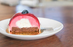 rasberry蛋糕的奶油甜点 免版税库存图片