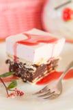 Rasberry moussekaka med kex Royaltyfri Foto