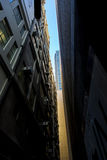 Rascacielos abajo del callejón Foto de archivo libre de regalías