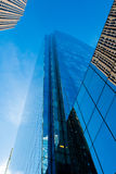 Rascacielos altísimo contra un cielo azul Foto de archivo