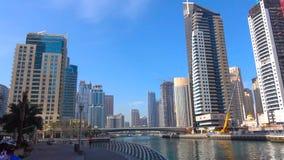 Rascacielos altos de una torre moderna, metropolitana del paisaje urbano sobre una playa hermosa, blanca, arenosa en un caliente, foto de archivo