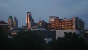 Rascacielos altos del distrito financiero de Londres en la puesta del sol metrajes