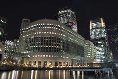 Rascacielos amarillos del embarcadero en Londres en la noche Foto de archivo