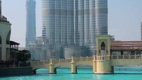 Rascacielos Burj Khalifa y fuentes del canto en Dubai, United Arab Emirates almacen de metraje de vídeo