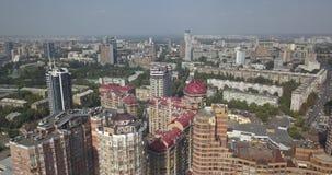 Rascacielos céntricos de Kiev de la visión de arriba aérea El viajar en la ciudad 4k 4096 x 2160 almacen de metraje de vídeo