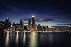 Rascacielos céntricos de Chicago en la noche Foto de archivo
