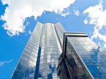 Rascacielos con el cielo azul y las nubes Fotos de archivo libres de regalías