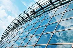 Rascacielos con la reflexión de las nubes Fotografía de archivo