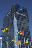 Rascacielos con las banderas Foto de archivo libre de regalías