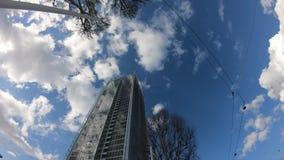 Rascacielos con las nubes que mueven rápidamente a tiempo lapso almacen de video