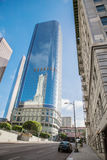 Rascacielos contra el centro de la ciudad del cielo azul adentro del Loa Fotos de archivo