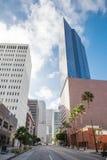 Rascacielos contra el centro de la ciudad del cielo azul adentro del Los Imágenes de archivo libres de regalías