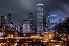 Rascacielos de Chicago en la noche Imagen de archivo libre de regalías