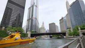 Rascacielos de Chicago y puente de la avenida de Michigan del río almacen de video
