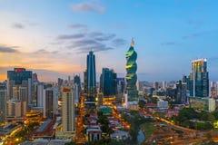 Rascacielos de ciudad de Panamá en la puesta del sol imagen de archivo libre de regalías
