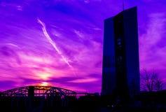 Rascacielos de cristal en el fondo de la puesta del sol púrpura Fotografía de archivo