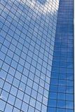Rascacielos de cristal moderno con las nubes Fotografía de archivo libre de regalías