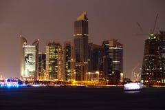 Rascacielos de Doha con la imagen de Emir Tamim de Qatar Fotos de archivo