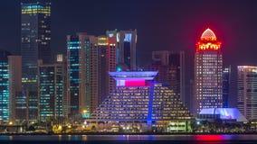 Rascacielos de Doha en el timelapse céntrico de la noche del horizonte, Qatar, Oriente Medio metrajes