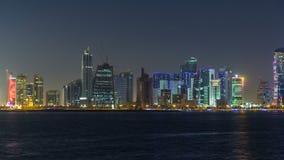Rascacielos de Doha en el timelapse céntrico de la noche del horizonte, Qatar, Oriente Medio almacen de metraje de vídeo