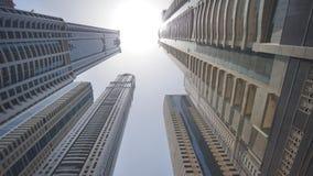 Rascacielos de gran altura de Dubai Tiroteo en el movimiento y la rotación metrajes