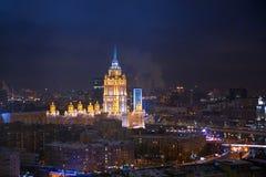 Rascacielos de la época de Moscú Stalin en la noche imágenes de archivo libres de regalías