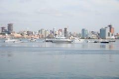 Rascacielos de la costa de la bahía de Luanda, Angola Foto de archivo libre de regalías