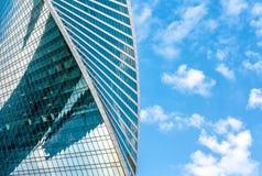 Rascacielos de la Moscú-ciudad en el fondo del cielo azul Fotos de archivo
