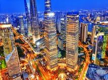 Rascacielos de la opinión de la noche, edificio de la ciudad de Pudong, Shangai, China Foto de archivo