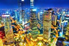 Rascacielos de la opinión de la noche, edificio de la ciudad de Pudong, Shangai, China Foto de archivo libre de regalías