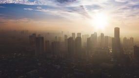 Rascacielos de la silueta en Jakarta céntrica Fotografía de archivo libre de regalías